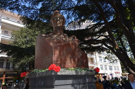 Reagan-Gorbachev sculpture unveiled in downtown Moscow